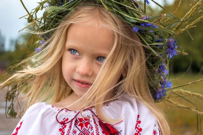 Дівчинка в українській вишиванці і вінку