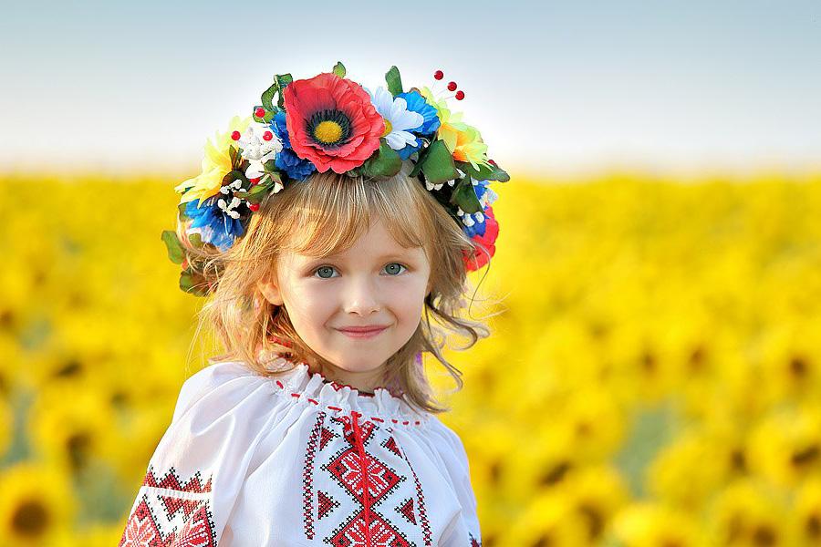 Дівчинка у вишиванці і українському вінку