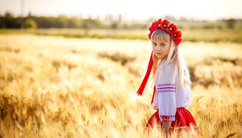 Дівчинка в українському національному костюмі